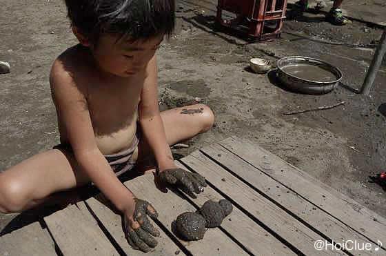 泥団子を作る子どもの写真