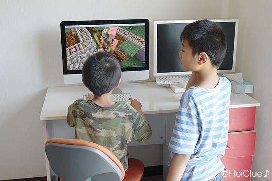 電車のゲームをする子どもの写真
