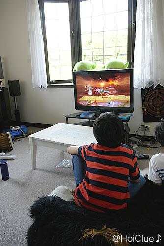 テレビゲームをして遊ぶ子どもたちの様子
