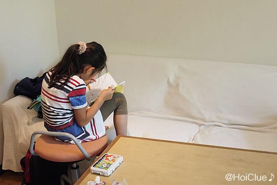読書をする女の子の写真