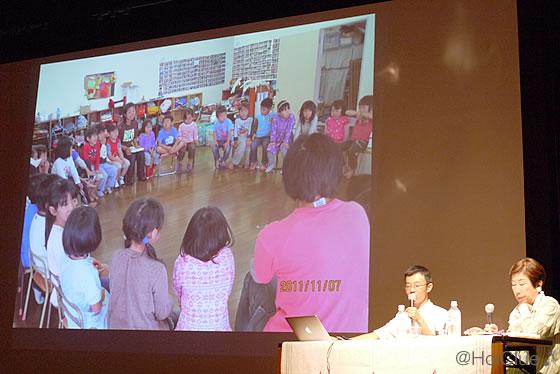 プロジェクターに映る子どもたちの写真