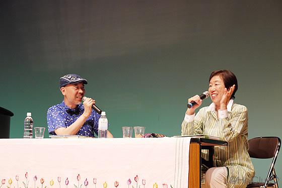 柴田さんが対談している写真