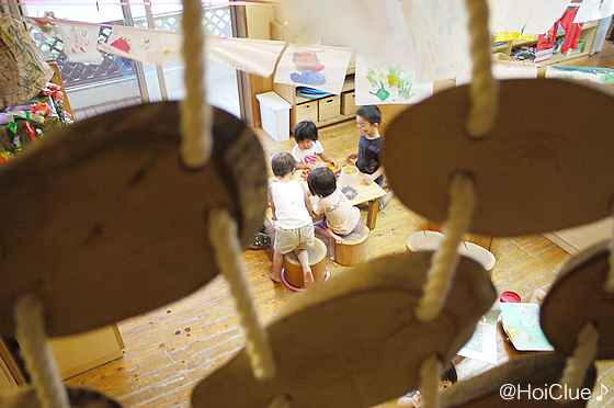 ツリーハウス内側から子どもの様子を見ている写真