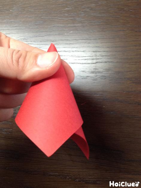 赤い画用紙を丸め円錐形にした様子