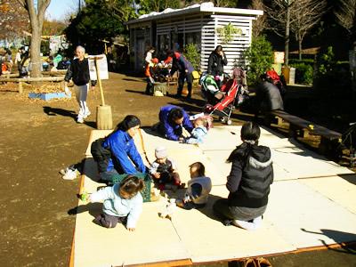 冒険遊び場(渋谷はるのおがわプレーパーク)にて、乳幼児を連れて集う親子たち