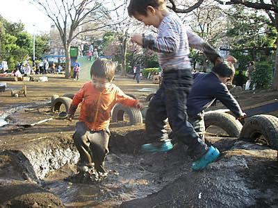 渋谷はるのおがわプレーパークにて。子どもの命が輝く瞬間!おもしろがる気持ちこそが成長の原動力です。