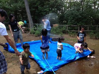あさかプレーパークにて、集めた丸太を並べた枠が、即席プールに変身!
