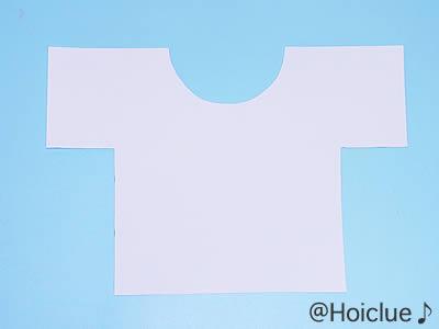 シャツの形に画用紙を切り取った写真