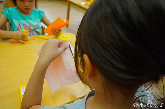 折り紙で製作する子どもたちの様子