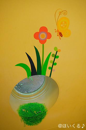 壁に描かれたお花やちょうちょのイラスト