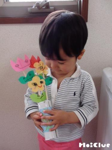 ダンボール花瓶の手作り花束〜春の贈り物にうれしい製作遊び〜
