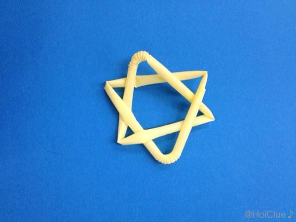 もうひとつのストローを絡ませながら三角に曲げて星の形を作った写真