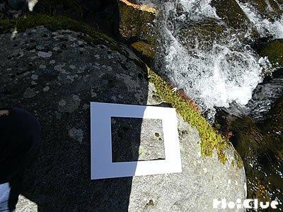 額縁を石の上に置いている写真