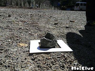 額縁の中に石を置いている写真
