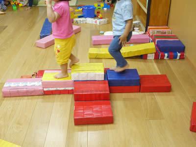 牛乳パックで作った遊具で遊ぶ子どもたちの様子