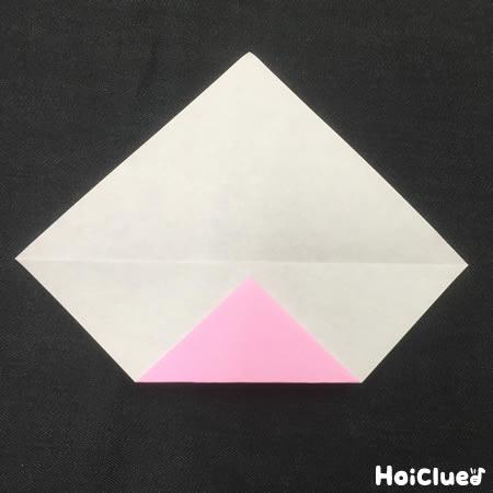 折り紙の端を折り返した写真