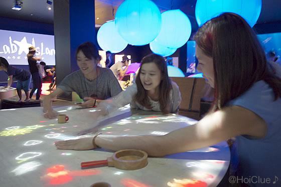 『小人が住まうテーブル』で遊ぶ参加者たちの様子
