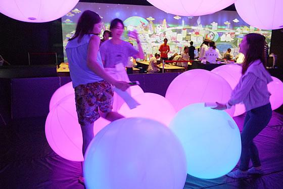 光るボールで遊ぶ参加者たちの様子