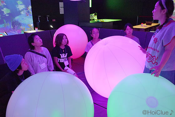 桑原さんから光るボールの説明を受ける参加者たち