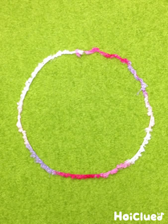 毛糸で輪を作った写真