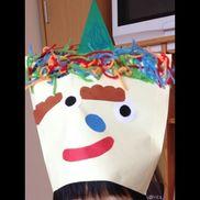 2歳児A4サイズの封筒を使って鬼のお面を作りました髪の毛は毛糸を両面テープを貼ったところにつけました顔は福笑いの要領で。子供の頭にちょうど良かったです