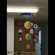 【お祭り 吊るし飾り】8月の保育室に飾ろうと思って制作((*´∀`*))作るのは大変だったけど、保育室でユラユラ揺れるのが可愛くて、子ども達にも好評でした!【材料】・色画用紙・オーロラ折り紙・綿・片ダンボール・キラキラテープ・工作用紙・糸