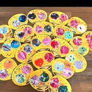 【うちわ製作 ヨーヨー】幼稚園年中児ヨーヨーの形に切った色画用紙①→絵の具を使ってビー玉で転がし絵ヨーヨーの形に切った白画用紙①→フィンガーペインティングの写し絵紐部分は担任がつけて指スタンプをまわりにしました✨