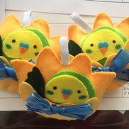 [お当番バッチ]・フェルト・リボン・縫い物セット・ボンド・グルーガン・油性ペンクラスの花であるチューリップと、4月からお友だちに加わるセキセイインコを組み合わせました。お当番がもっと楽しくなりますように!