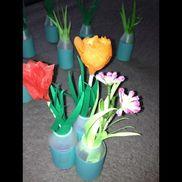 田植えごっこヤクルト容器に  紙の 苗を 入れて   田んぼに見立てた場所に植えます。 チームに分かれ競争も 楽しい!帰りに  花をつけて持ち帰りました。