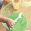 片栗粉と水だけ!?簡単なスライムの作り方〜乳児さんから楽しめる不思議な感触遊び〜