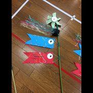 3歳児風車(ハサミ直線切る)  紙コップにチェックの折り紙貼る線を書いておく  こいのぼり(糸通し)画用紙半分この厚さパンチで穴をあけておく糸 毛糸 先はテープで細くしておく反対の先は厚紙をパンチであけて回りを切ってドーナツ型にくくりつけた目、口を描かす吹流し スズランテープちぎる