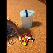 《ポットン》☆2Lお茶ボトル☆ペットボトルキャップ☆鈴☆ビニールテープキャップ2つをビニールテープてくっつける。その時に鈴を入れる。お茶のボトルを使うと穴を開ける手間をはぶける。