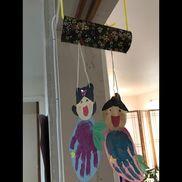 【七夕飾り】1歳児トイレットペーパー芯、千代紙、タコ糸手形をとって織姫と彦星に。芯には願い事を張る予定。こちらのサイトを参考に作りました。