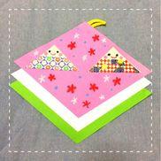 【ひな祭り、折り紙製作】年少児☆3歳児でも簡単に折れる折り方で、ひな祭りの壁掛け飾りを作りました・菱餅は色の由来と順番を教えてから重ね貼りしました。・折り紙は通常の四分の一のサイズを使っています。