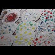 うちわに野菜スタンプ1歳児から夏野菜のへた(ピーマン・玉ねぎ・れんこん・おくら・きゅうり)、絵の具、スポンジ