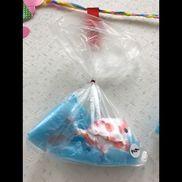 【8月 壁面制作】(1、2歳児)夏ならではの金魚を、タンポで作りました!【材料】・ビニール袋・モール・リボン・障子紙・シール・すずらんテープ・ティッシュ(障子紙の中に入れて、立体感のある金魚に仕上げています)