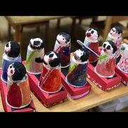 「雛人形」台:牛乳パック半分体:紙コップ顔:軽い紙粘土(肌色)細い絵の具の筆、画用紙、折り紙、マスキングテープ、などを使用してます。牛乳パックはホッチキス+テープでとめてます。
