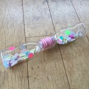 【ミニボトルのガラガラ】子育て支援 0歳親子ミニサイズのペットボトルに刻んだストローを入れて2本繋げました