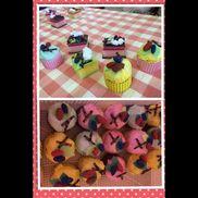 お店やさんごっこ〔3歳児〕ケーキ屋さん☆食器洗い用スポンジや紙コップにカラー段ボールを巻いて作りました。子供たちと取ったどんぐりを絵の具で色を塗った物も飾りに使い、楽しんで飾りつけをしていましたよ。