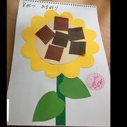 8月製作*ひまわり・色画用紙でひまわりをつくる・茶色の折り紙を四角に切り、   園児に貼ってもらう!