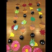 1歳児。コットンボールで「まっくろくろすけ」を作り、どんぐりや枯葉を一緒に並べ、お部屋飾りを作りました。