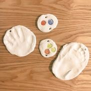 紙粘土で手形、足型。一緒におはじき埋めた。乾いたら色を塗って、敬老の日のプレゼントにする予定。#2歳