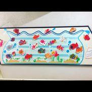 ✂︎壁面 金魚3.4.5歳児縦割り製作3歳児金魚型の画用紙にクレヨンで色付け→絵の具ではじき絵4歳児金魚型が縁取られてる画用紙にクレヨンで色付け→金魚の縁をハサミで切る→はじき絵(自由)5歳児・画用紙に自由に金魚を描く→ハサミで金魚を切り取る→はじき絵(自由)・海藻をイメージして自由に描く→切り取る仕上げに大人が背景の金魚鉢を作り、貼り付けて完成!(金魚鉢:水色の模造紙+水色と白のすずらんテープ)