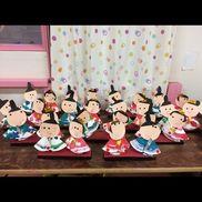 ひな人形(1歳時クラス)•顔 画用紙目、タッグシールと口を書いてもらう(赤とピンク、色を選ばす)•体 紙皿絵の具を塗る半分に折って両はし折る。•土台(牛乳パック)赤の画用紙を上に貼る黒のビニールテープを側面に貼る