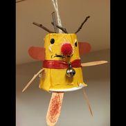 クリスマス飾り(トナカイ)・2歳児紙コップにちぎった折り紙を貼らせました。材料・木の枝・画用紙(耳、足)・ポンポン(鼻)・鈴・リボン・丸シール(目)