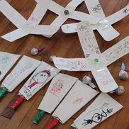 牛乳パックと割り箸で羽子板。アルミホイルと折り紙ではね。・2歳児、3歳児しっかり遊べていましたよ〜1人の子に、「これ持って帰ってもいいの〜?」と聞かれたので、「いいよ〜」と。すごぉぉぉぉく嬉しそうなお顔してくれて先生も嬉しかったよー‼︎・みんなが笑顔になるように。季節をしっかり感じてもらえるように。年齢に応じたもの。色んなことを考えながら、保育を考えています。少しでもお子さんの成長を感じてほしい。親の気持ちもしっかり受け止めて。