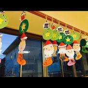 クリスマス製作紙皿 画用紙 クレヨン 糊 シール3週間に渡って順番に行程を行い、完成させた紙皿は周りに穴を開け、赤と緑の毛糸を使い紐通しをしてリースのようにし、真ん中に折り紙を貼ったサンタさんは形合わせをした靴下は自由にクレヨンで描いて可愛く