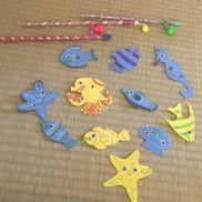お魚釣りゲーム釣竿:ストロー、タコ糸、ビーズ、強力磁石、ティッシュ、水風船、テープお魚:ウレタンシート、クリップ、目玉シール