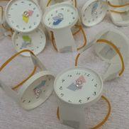 紙コップの腕時計材料→紙コップ、輪ゴム、ビーズ、画用紙道具→はさみ、糸、針、ホッチキス、ペン時計の針は糸で留めてあるので動きます。実習後のプレゼント用に作りました。5歳児です。