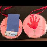 【母の日製作】0歳児手形でお花 裏は写真リボンを付けて首にかけられるように。